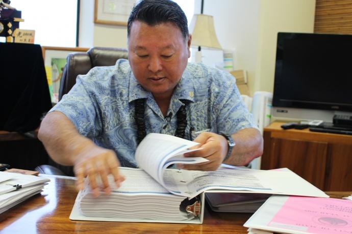 Maui Mayor Alan Arakawa with Fiscal Year 2015 Budget. Photo by Wendy Osher.