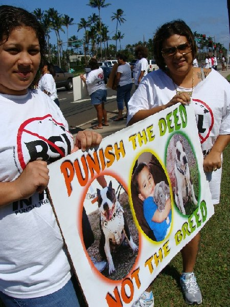 Rally Organizer, Regina Ursua (right) speaks out against proposed pit bull ban.  Photo by Wendy OSHER © 2009