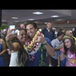 Hula Dancer Kapualoke Nacua takes a moment to pose with Olympic speed-skater Apolo Ohno upon his landing at Kahului Airport.  Photo by Wendy Osher.