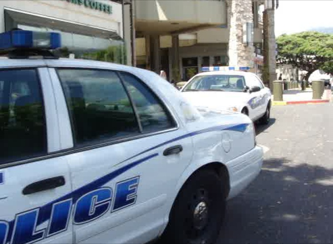 Maui police respond to the incident at the Queen Kaahumanu Center. Photo by Wendy Osher.