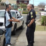 Fred Guzman talks with Maui Police at the scene of the stand-off in Kahului. Photo by Ray Patao.