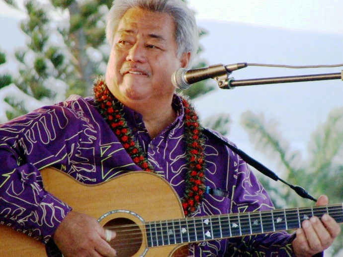 Grammy Award-winning musician George Kahumoku Jr. performed after the tie-breaking putt at the Hyundai Tournament of Champions in Kapalua. File photo by Wendy Osher.