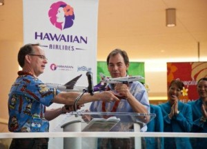 JetBlue CEO Dave Barger and Hawaiian Airlines CEO celebrate a new partnership in 2012.(PRNewsFoto/JetBlue Airways)