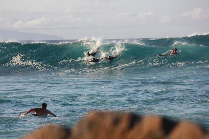 surfers-crowd-lineup-hookipa
