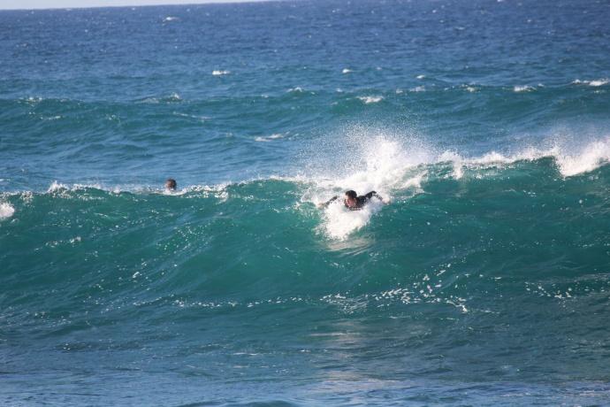 surfer-hookipa-wave