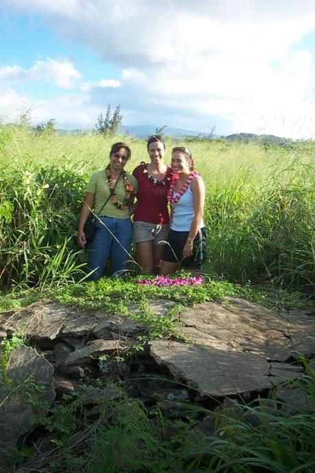Descendants Kalele Mahoe, and her daughters Nalani and Sarah Kaniaulono at the grave of Sarah Kaniaulono Davis, 1797-1867.