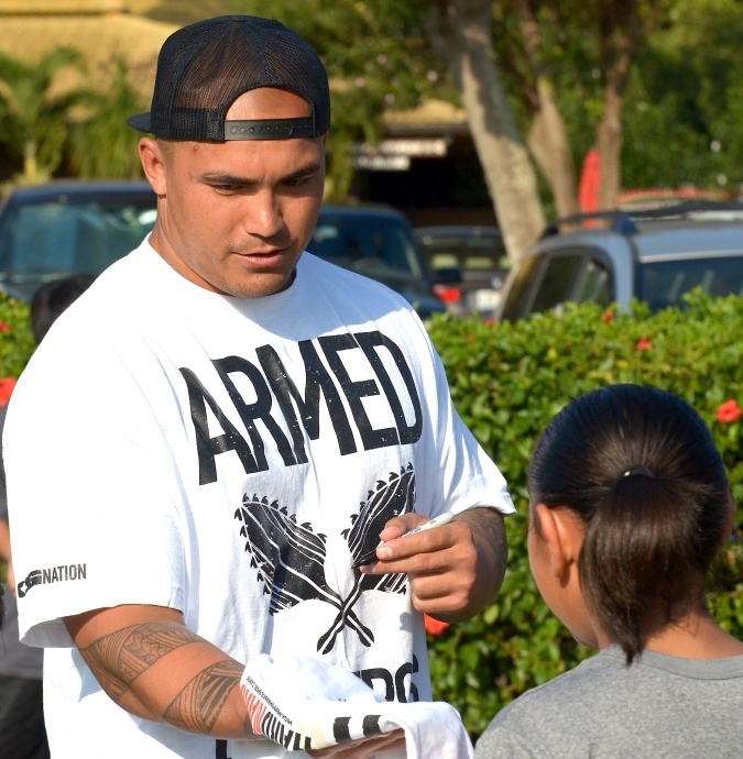 Former Baldwin and USC standout Kaluka Maiava, shown here signing autographs at a speed camp here last month, signed a three-year, $6 million free-agent contract with the Oakland Raiders on Wednesday. File photo by Rodney S. Yap.