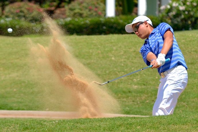 Moanalua's John Oda hits out of the sand trap at No. 13. Photo by Rodney S. Yap.