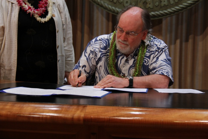 Gov. Neil Abercrombie signing HB980. Courtesy photo Office of the Governor.