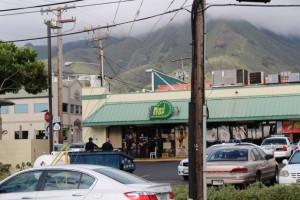 Robbery Investigation at Minit Stop in Wailuku.  Photo by Wendy Osher.