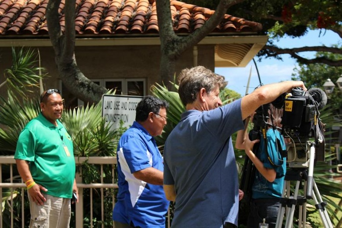 Mayor Arakawa discusses contingency plans with media as Flossie approaches. Photo by Wendy Osher.
