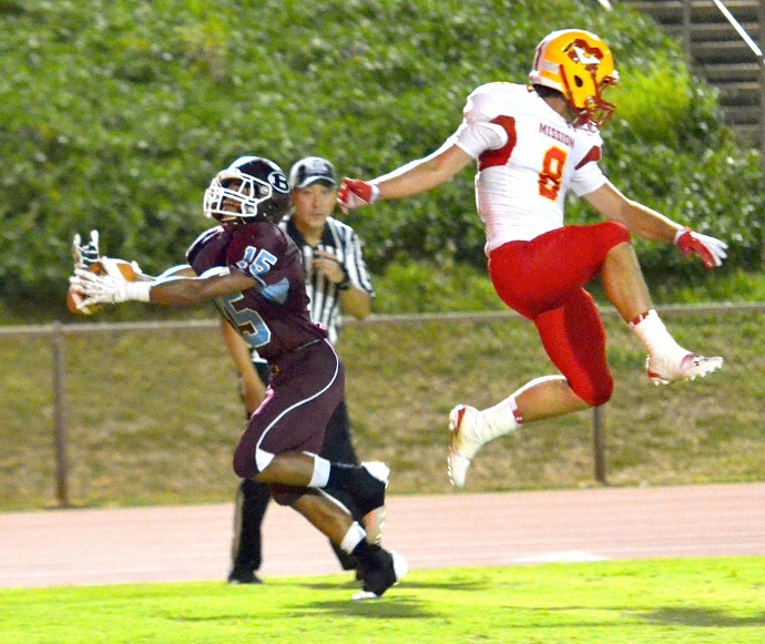 Baldwin's Kawela Kaeo-Mata caught two 15-yard touchdown passes, including this one at the end of the first quarter. The Diablos' Hunte Remington (8) defends on the play. Photo by Rodney S. Yap.