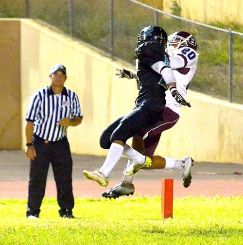 Baldwin High's Patrick Turner (20) pulls down this touchdown pass while being defended by King Kekaulike's Jacob Ramos