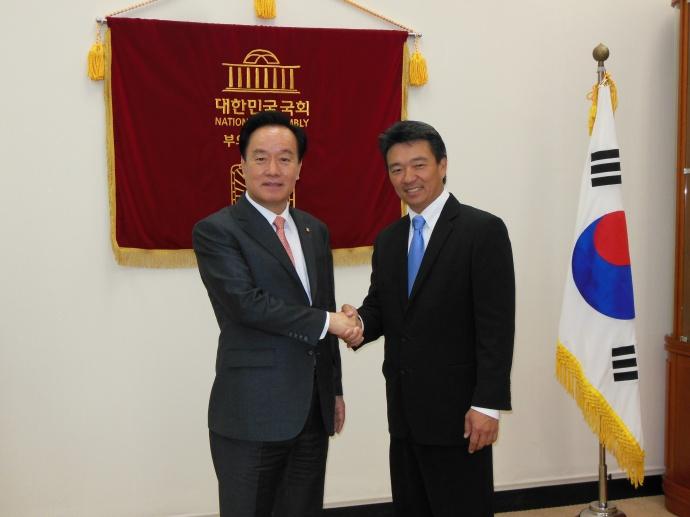 Korea Baseball Association President Byungsuk Lee and Lt. Gov Tsutsui. Courtesy photo.