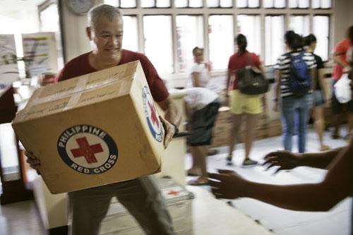 Philippines, November 2013. Typhoon Haiyan struck Philippines 8th November, 2013. Volunteers and staff working with food items at Philippine Red Cross HQ. Photo: Jarkko Mikkonen / Finnish Red Cross.