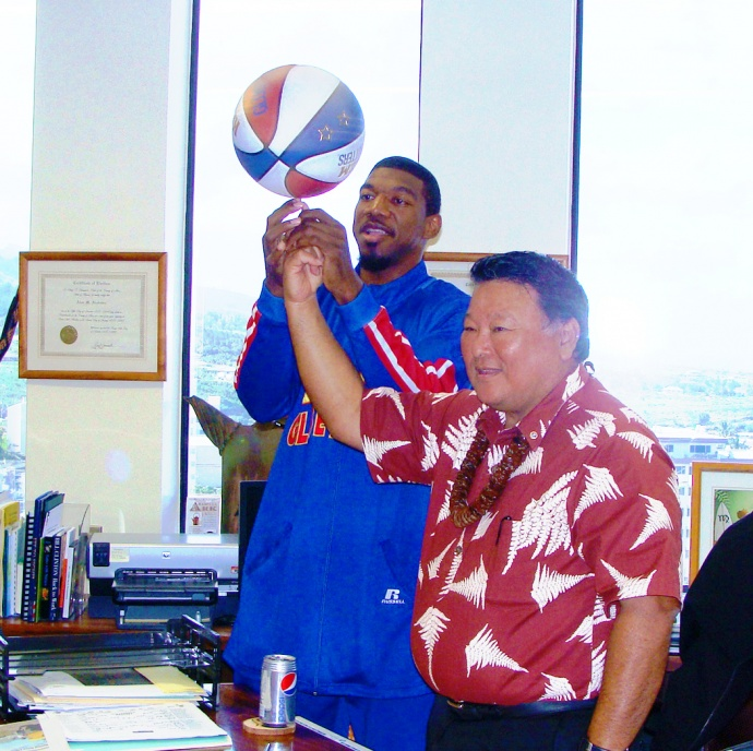 Harlem Glob Trotters with Mayor Alan Arakawa during a visit in 2012. File photo by Wendy Osher.