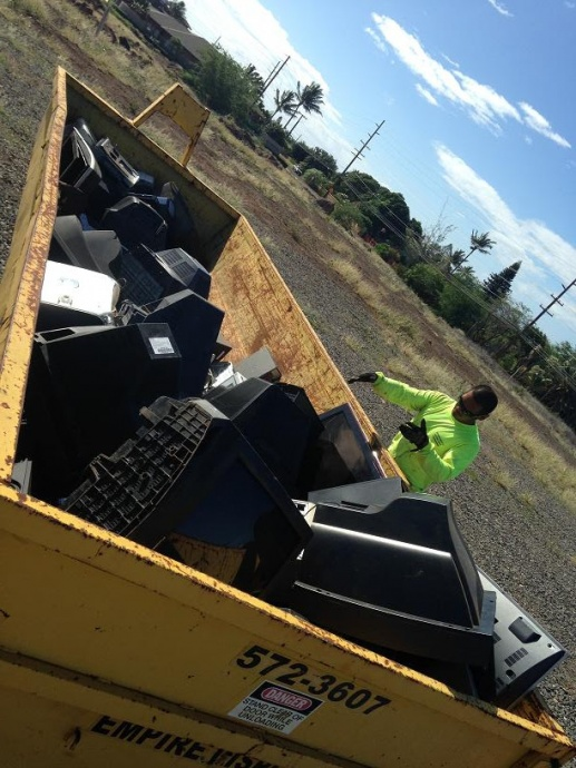 Road Crew member Kaulana Saltiban loads the Ecycling container. Photo courtesy Mālama Maui Nui.