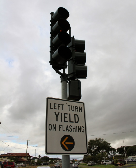 Flashing yellow arrow at Kamehameha and Kane in Kahului. Photo by Wendy Osher.