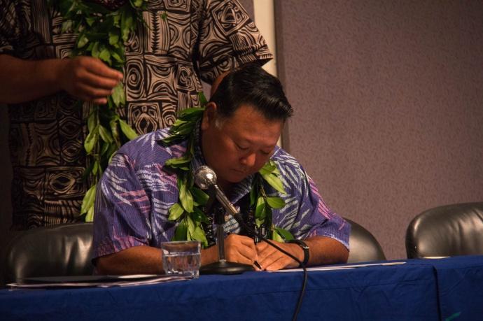 Maui Mayor Alan Arakawa signs the Aloha+ commitment. Courtesy photo.