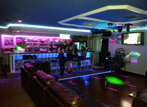 A hostess bar on Maui. Photo by Ben Jammin. Saigon Palace.