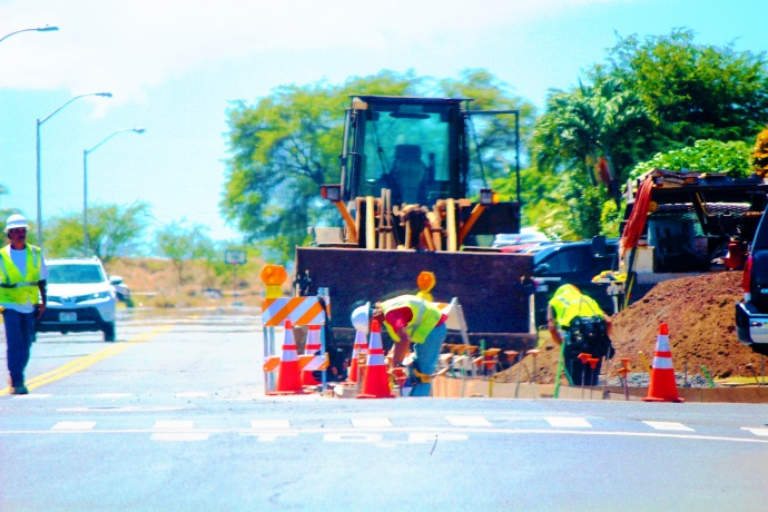 Contractors begin construction at the Papa/Lono Avenue intersection in Kahului. Photo by Wendy Osher.