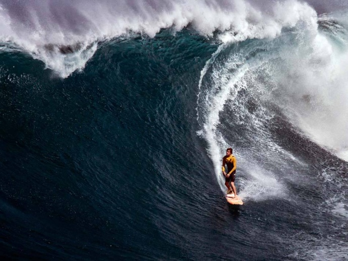 Albee Layer surfing Pe'ahi (Jaws) 11/12/14 - Image: Fish Bowl Diaries