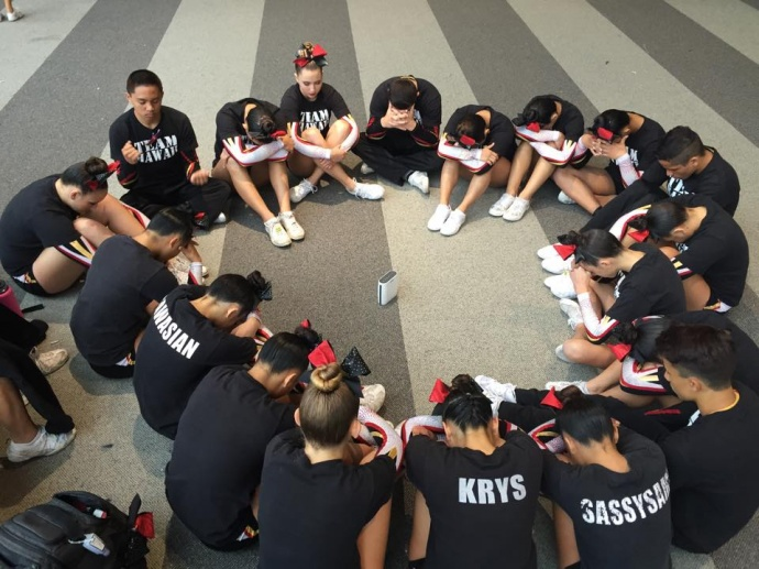 The HASC Restricted Level 5 team prepare to take the floor on day two of the NCA All Star Nationals in Dallas. Photo courtesy of Hawaii All-Stars.