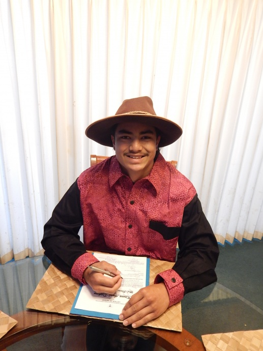 Kanoa Awai-Dickson signs a National Intercollegiate Rodeo Association Letter of Intent to rodeo for Mid-Plains Community College in Nebraska.