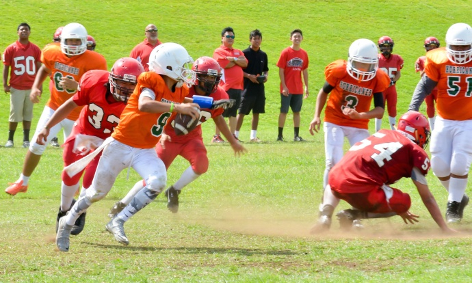 Wailuku's offense tries to get its passing game in gear as Lahaina defends during second-half action Saturday. Photo by Rodney S. Yap.