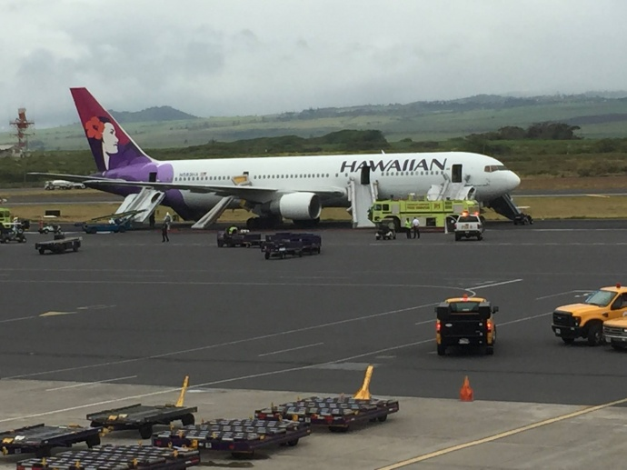 Hawaiian Airlines plane makes emergency landing at Kahului Airport. Photo credit: Mike Moore.