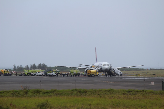 Hawaiian Airlines plane makes emergency landing at Kahului Airport. Photo by Wendy Osher.