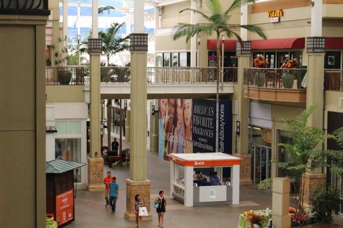 Signage is now posted in the storefront of where the future Bath & Body Works store will be at the Queen Kaʻahumanu Shopping Center. Photo by Wendy Osher.