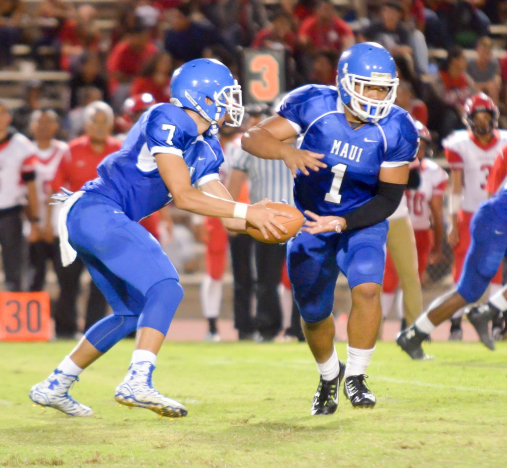 Maui High quarterback Austin Hoe fakes the handoff to running back Soane Vaohea (1). Photo by Rodney S. Yap.