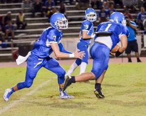 Maui High's Soane Vaohea (1) takes the handoff from quarterback Austin Hoe. Photo by Rodney S. Yap.