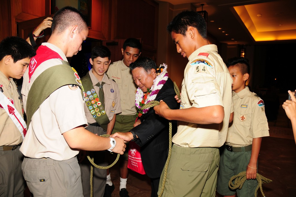 Mayor Arakawa joined in the knot tying fun, demonstrating the skills he learned as a young Cub Scout and Boy Scout.