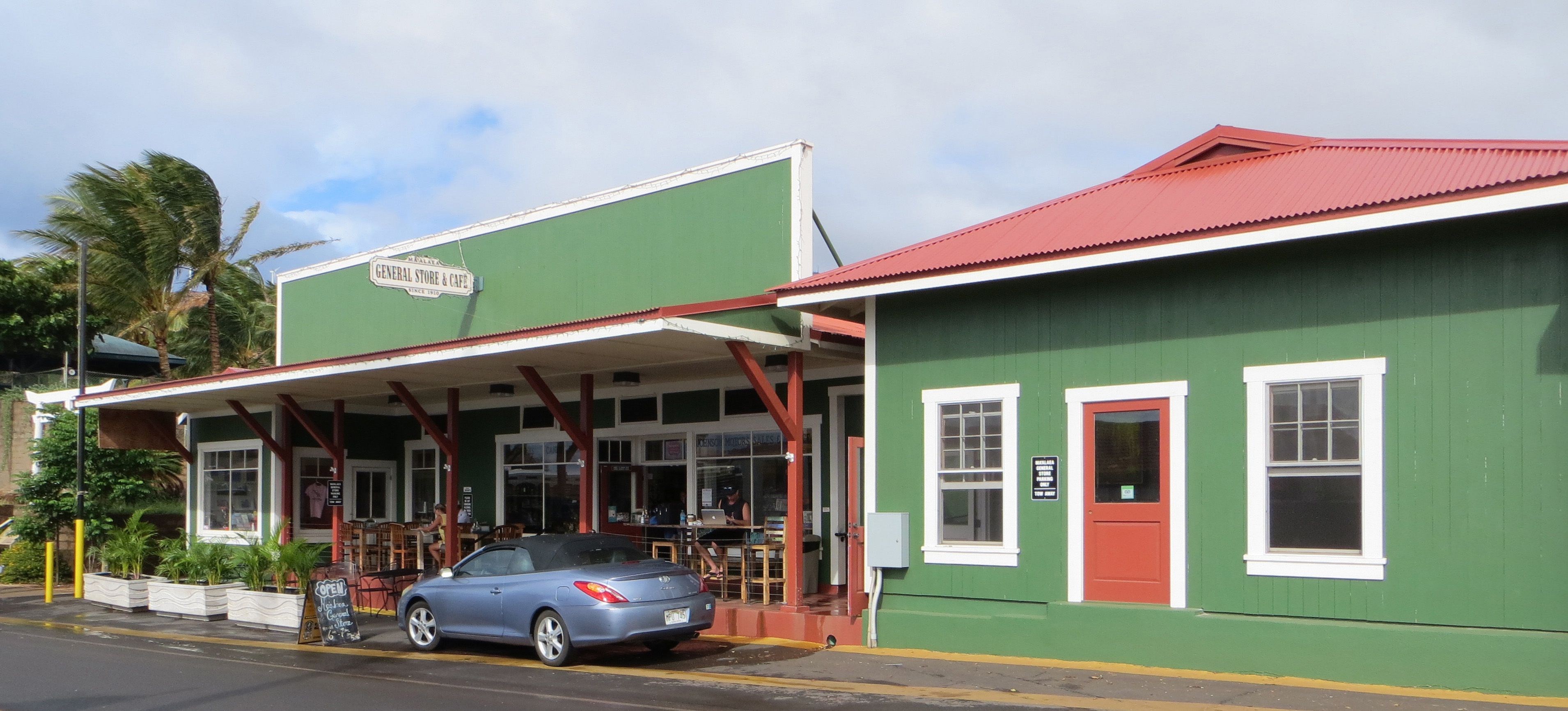 Maalaea General Store. Photo source: wikimedia.org/wikipedia/commons/e/ed/Maui-Maalaea-GeneralStore-front.