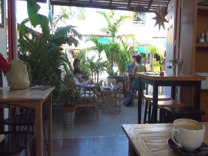 Outdoor seating at Belle Surf Café. Photo by Kiaora Bohlool.
