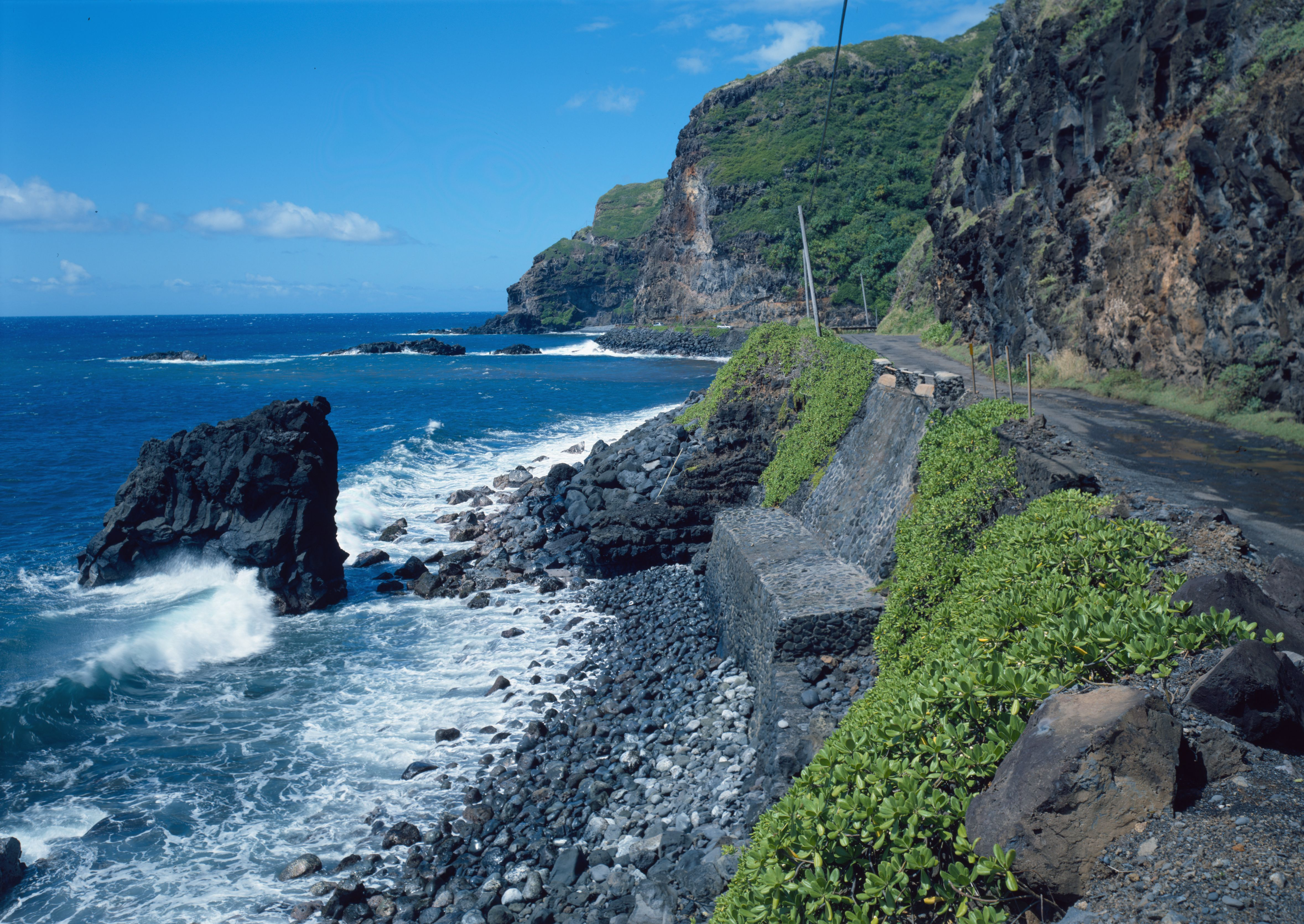 Photo source: wikimedia.org/wikipedia/commons/f/f8/Hana_Belt_Road,_Between_Haiku_and_Kaipahulu,_Hana_vicinity_(Maui_County,_Hawaii).jpg