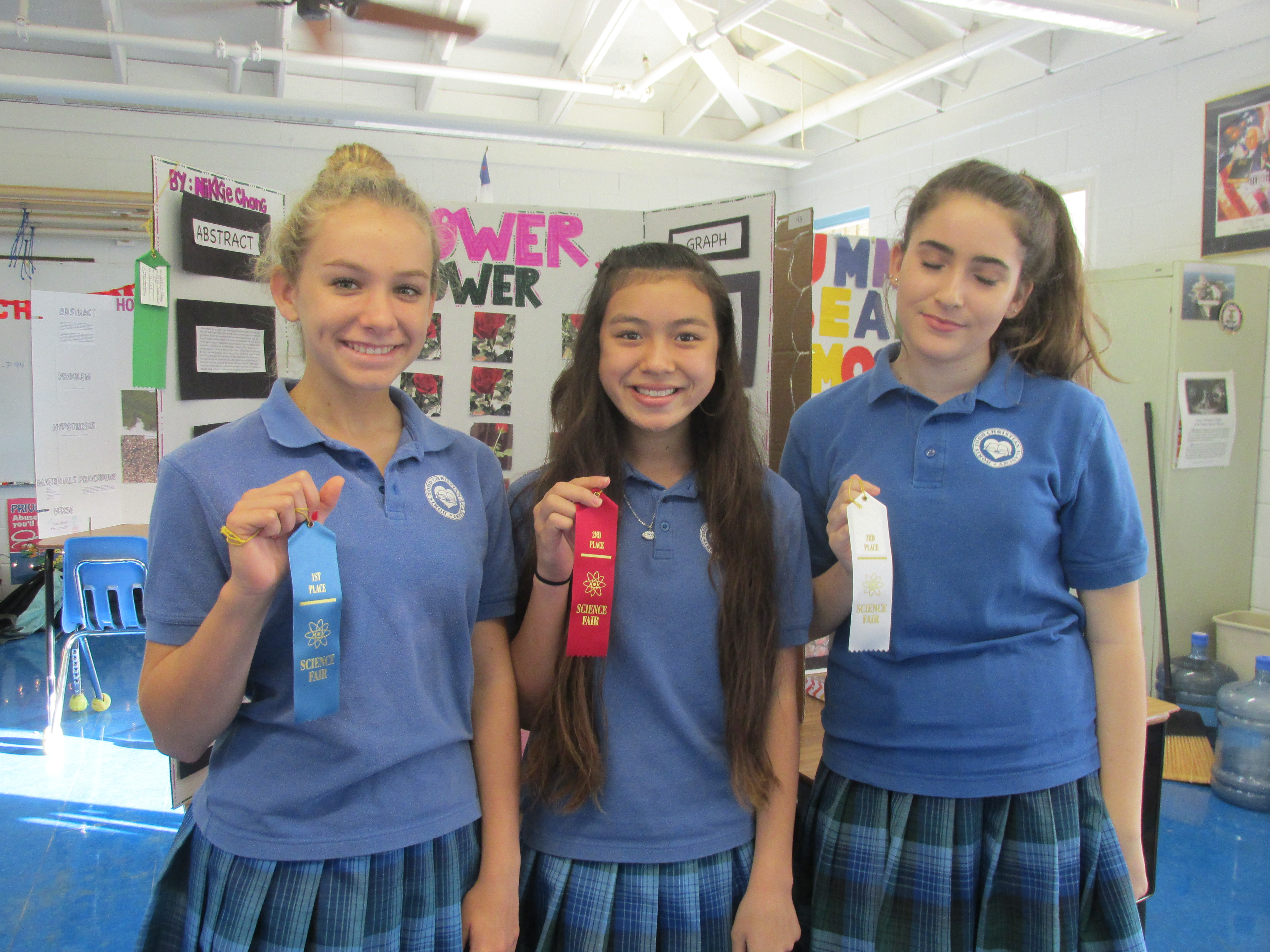 Dorris Todd Science Fair eighthgrade winners(left to right) Kaya Dugan, first place; Nikkie Chong, secondplace;and Laura Rowland third place.