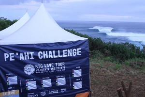 Caption: It's ON! Mammoth surf greets competitors for the Pe'ahi Challenge! Image: WSL / Scholtz