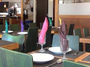 Colorful napkins set the modern style at Maui Thai Bistro in Kihei. Photo by Kiaora Bohlool.