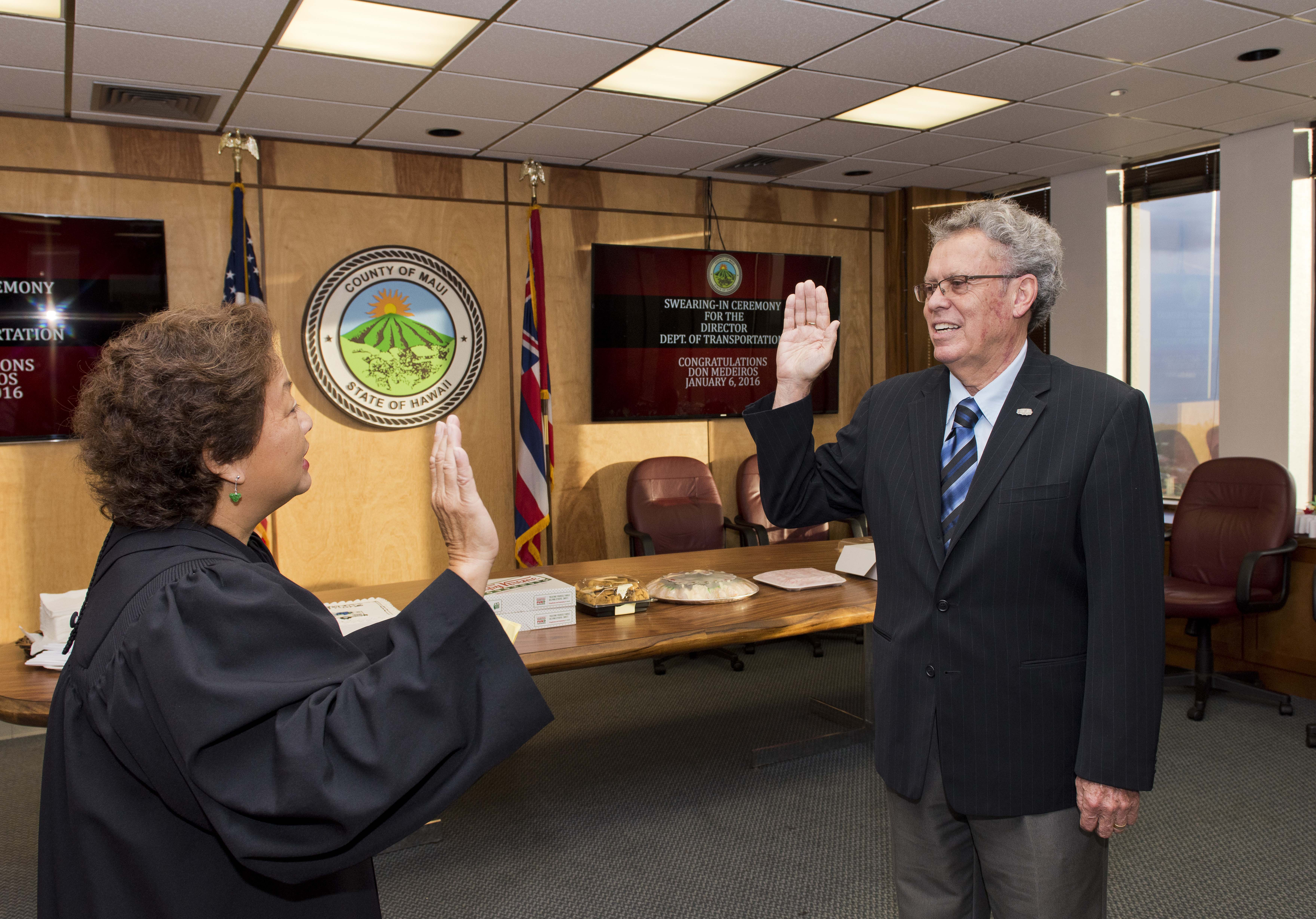 Judge Rhonda Loo swearing-in of the new Director of Transportation Don Medeiros.Photo: County of Maui/RYAN PIROS