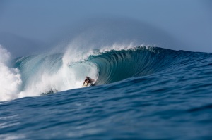 Above: Kai Mana Henry (HAW) takes advantage of the glassy morning conditions in his first heat. WSL/Freesurf/Heff