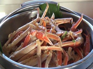 Steamed crab legs at Molokini Bar & Grille. Photo by Kiaora Bohlool.
