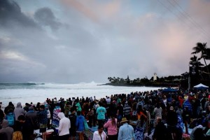 Crowds gather at Waimea Bay in anticipation for the start of the Quiksilver in Memory of Eddie Aikau to commence. Image: WSL/Freesurf/Heff