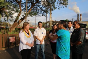 Jane Sanders speaking with supporters in front of the HC&S Sugar Mill in Puʻunēnē. Photo by Wendy Osher.