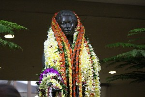 ʻAhahui Kaʻahumanu members celebrate the birthday of the Queen by draping lei upon the shoulders of her statue. Photo by Wendy Osher. (3.18.16)