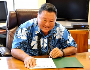 Mayor Alan Arakawa signed a proclamation for Small Business Week 2016. Photo credit: Lois Whitney