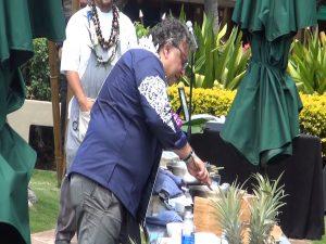 Vij educates and entertains the crowd at Hyatt Regency Maui. Photo by Kiaora Bohlool.