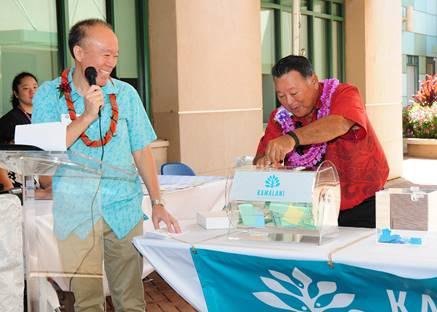Grant Chun of A&B Properties (left) got a helping hand from Mayor Alan Arakawa with the Kamalani sales lottery drawing.
